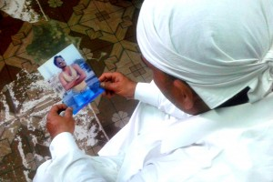 Tanweer Khan with a photograph of his brother Izhar, an undertrial killed in a police encounter in Telangana. Credit. Neha Dixit