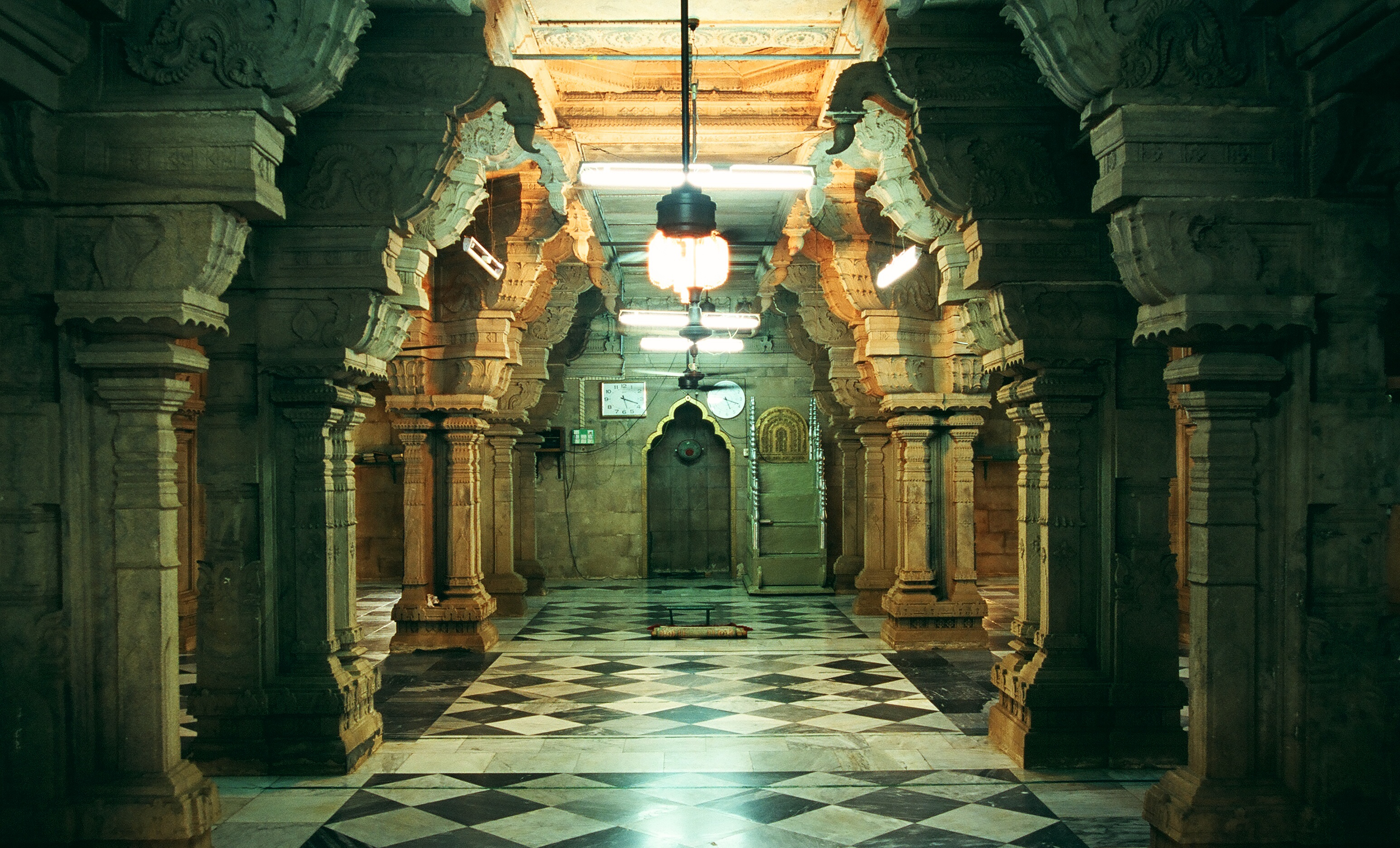 The Jumma Masjid of Kilakarai was built in the 17th century in the style of a Dravidian temple.
