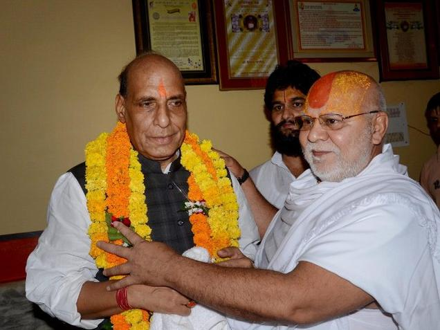 Union Home Minister Rajnath Singh being welcomed by Gyan Das, mahant of Hanumangari temple in Ayodhya on Sunday. Credit: PTI Photo