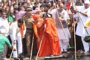 BJP leaders cleaning a water body. Credit: YouTube screengrab