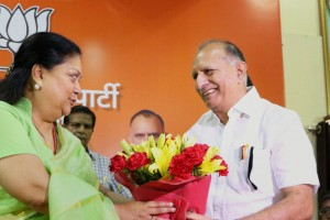 File photo of Rajasthan Chief Minister Vasundhara Raje being welcomed during a BJP MLAs and MPs meeting (Credit: PTI)
