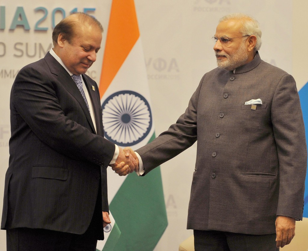 Ufa: Prime Minister Narendra Modi and  his Pakistani Counterpart Nawaz Sharif meets deleagation during a meeting at UFA in Russia on Friday.PTI Photo (PTI7_10_2015_000009B)