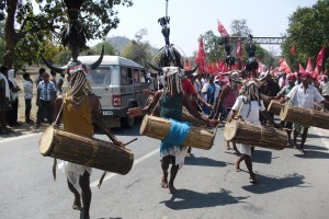 Muria drummers receive a padayatra of the Adivasi Mahasbha at Jawanga village in Dantewada. Credit: Nandini Sundar