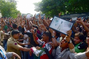 Fans gather in large number to wish Bollywood actor Shah Rukh Khan on his 50th birthday outside his residence in Mumbai on Monday.Credit:  PTI Photo by Mitesh Bhuvad