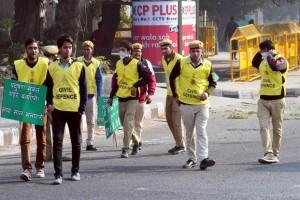 Civil defence volunteers in Delhi monitoring the odd even car number scheme. Credit: PTI