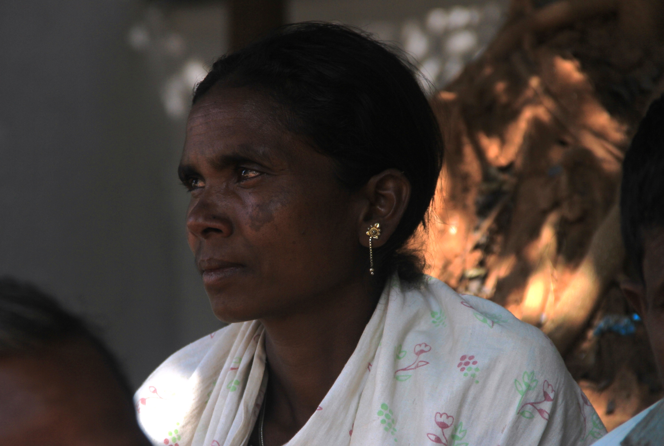 Budhri, the wife of an undertrial villager, charged with being a Maoist, waits outside the Dantewada court. Photo credit: Chitrangada Choudhury