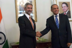 Indian Foreign Secretary S. Jaishankar and his Pakistani counterpart Aizaz Ahmad Chaudhry at a previous meeting. Credit: Reuters