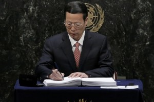 Chinese Vice-Premier Zhang Gaoli signs the Paris Agreement on climate change at UNs Headquarters in Manhattan, New York. Credit: Reuters