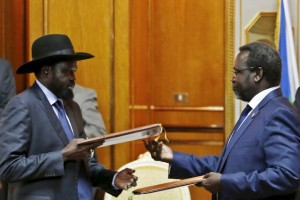 South Sudan's rebel leader Riek Machar (R) and South Sudan's President Salva Kiir exchange signed peace agreement documents in Addis Ababa on May 9, 2014.  Credit: Reuters/File Photo