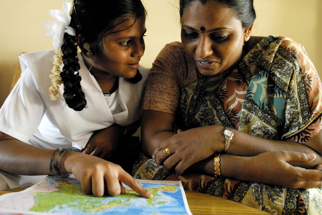 Haritha, a pupil, and her mother look at a map of England in a Chennai classroom, 2009. Credit: dfid/Flickr, CC BY 2.0