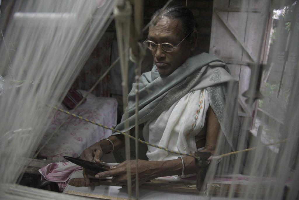 For an elderly worker, weaving gamusas is the least strenuous option. Credit: Uddipta Sankar Pathak
