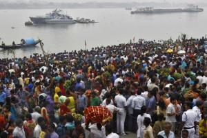 Devotees gather on the banks of river Ganga to perform rituals in Kolkata. Credit: Reuters