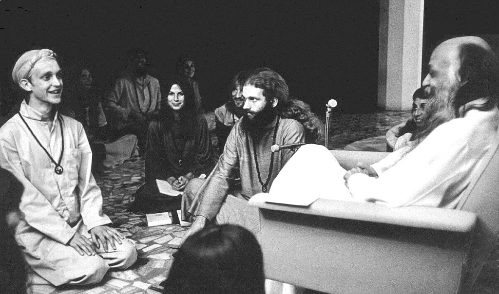 Rajneesh with his disciples in 1977. Credit: Wikipedia