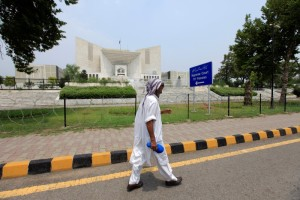 A man walks past the Supreme Court building in Islamabad, Pakistan, June 27, 2016. Picture taken June 27, 2016. Credit: Reuters/Faisal Mahmood