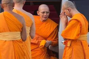 Abbot Phra Dhammachayo (C) arrives for a ceremony at the Wat Phra Dhammakaya temple in Pathum Thani province, north of Bangkok on Makha Bucha Day, March 4, 2015. Credit: Reuters/Damir Sagolj/File Photo