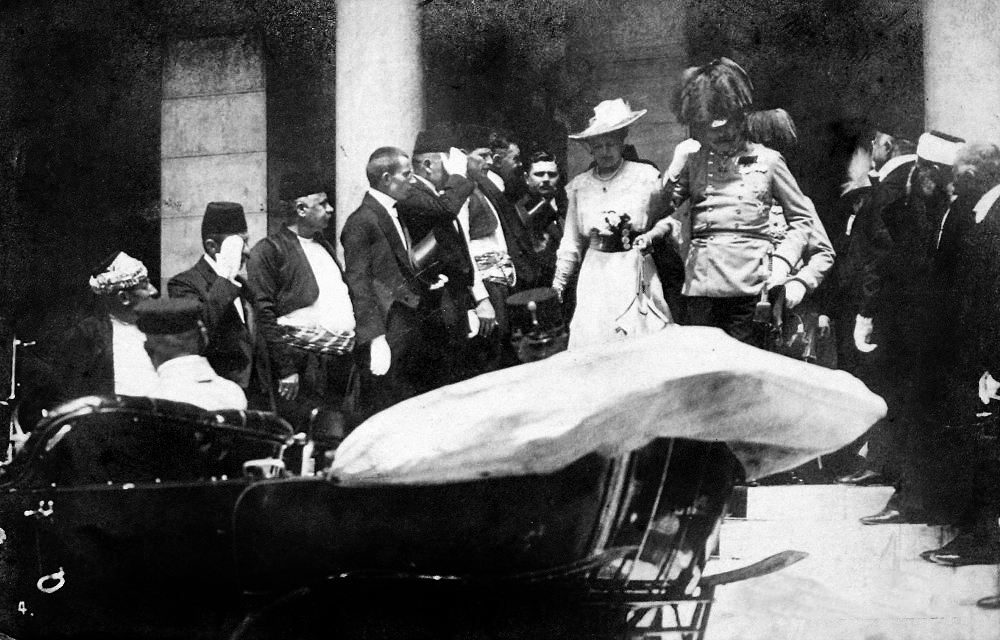 Photograph of the Archduke Franz Ferdinand and his wife Sophie emerging from the Sarajevo Town Hall to board their car, a few minutes before the assassination. Credit: Wikimedia Commons