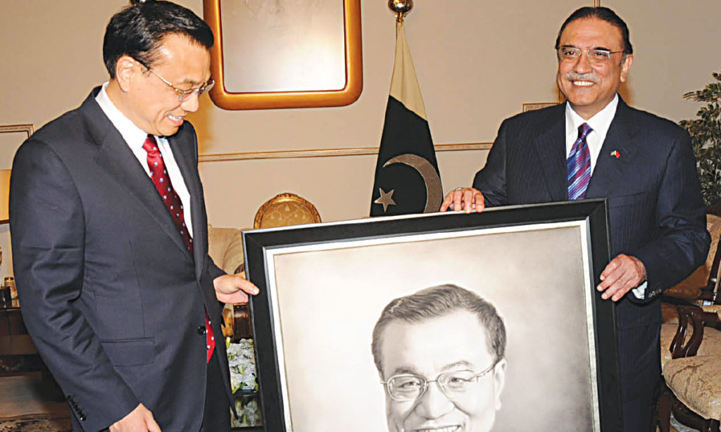 Asif Ali Zardari presents a portrait of Chinese Prime Minister Li Keqland to the latter. Credit: White Star.