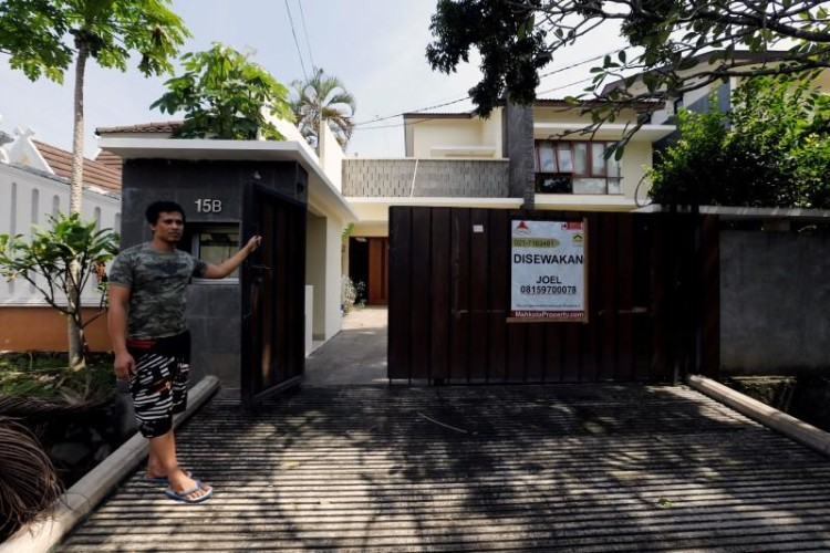 A house guard stands in front of an empty rental house at Kemang district in Jakarta, Indonesia, June 23, 2016. Credit: Reuters/Bewiharta