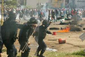 Protesters from the National Coordination of Education Workers (CNTE) teachers' union clash with riot police officers during a protest against President Enrique Pena Nieto's education reform, in the town of Nochixtlan, northwest of the state capital, Oaxaca City, Mexico June 19, 2016. Credit: Reuters/Jorge Luis Plata