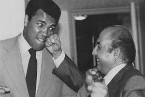 A file photo of the music legend Mohammed Rafi with heavyweight boxing icon Muhammad Ali, who died in Atlanta on Saturday. Credit: PTI