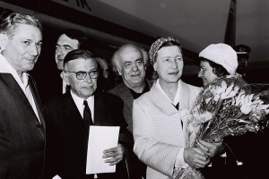 Jean Paul Sartre and Simone De Beauvoir arriving in Israel and being welcomed by Avraham Shlonsky and Leah Goldberg in March 1967. Credit: Wikimedia