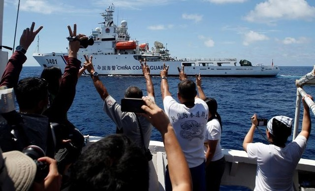 A Chinese Coast Guard vessel manoeuvres to block a Philippine government supply ship with members of the media aboard at the disputed Second Thomas Shoal, part of the Spratly Islands, in the South China Sea March 29, 2014. Credit: Reuters/Erik De Castro/File Photo