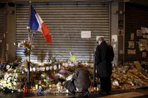 "People mourn outside ""Le Petit Cambodge"" and ""Le Carillon"" restaurants a week after a series of deadly attacks in the French capital, in Paris, France, November 20, 2015. Credit: Reuters/Benoit Tessier/Files"