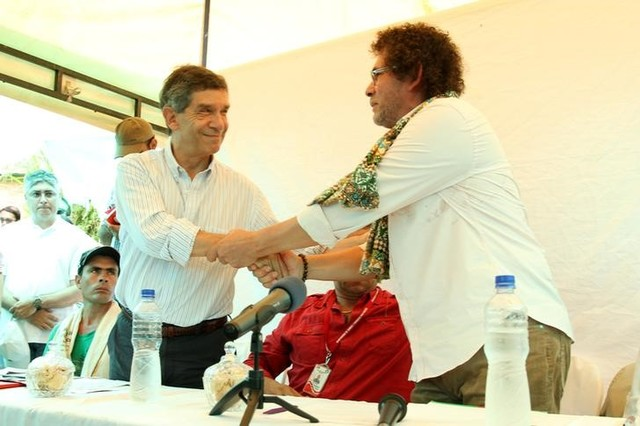 Colombia's Minister Counselor for Post-Conflict, Human Rights and Security Rafael Pardo (left) shakes hands with Revolutionary Armed Forces of Colombia (FARC) negotiator Pastor Alape during the inauguration of a voluntary pilot plan to eradicate coca plantations, in Pueblo Nuevo, Briceno municipality, Antioquia, Colombia, July 10, 2016. Credits: Reuters