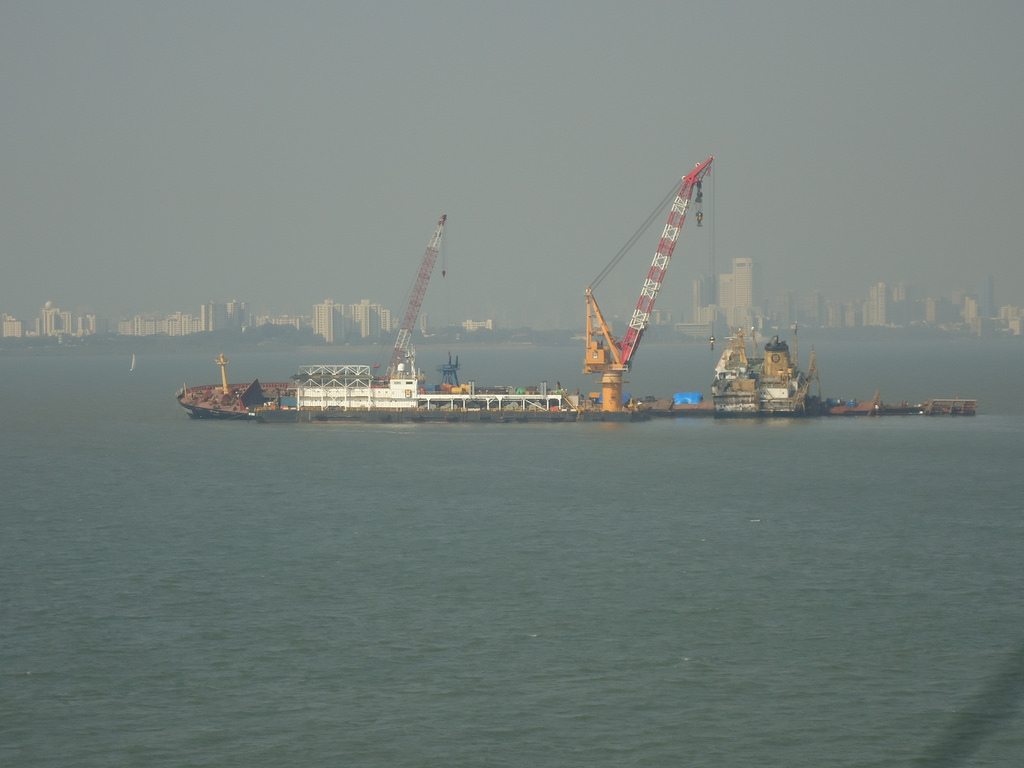 A rig addressing the oil spill off the Mumbai harbour in January 2011. Credit: felixdance/Flickr, CC BY 2.0 NGT