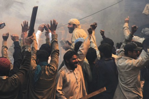 An angry mob sets Christian homes on fire in Joseph Colony, Lahore, in 2013. Credit: M Arif/White Star/Herald