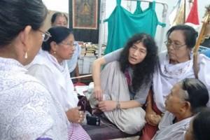 Sharmila meeting with meira Paibi in her hospital room. Credit: Thingnam Anjulika Samom