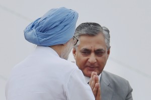 New Delhi : Former PM Manmohan Singh exchanges greetings with Chief Justice of India TS Thakur during the 70th Independence Day function at Red Fort ion Monday. Credit: PTI/Shahbaz Khan