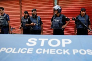 Police keep watch near the site of a gunbattle with militants on the outskirts of Dhaka, Bangladesh, August 27, 2016. Credit: Reuters/Mohammad Ponir Hossain
