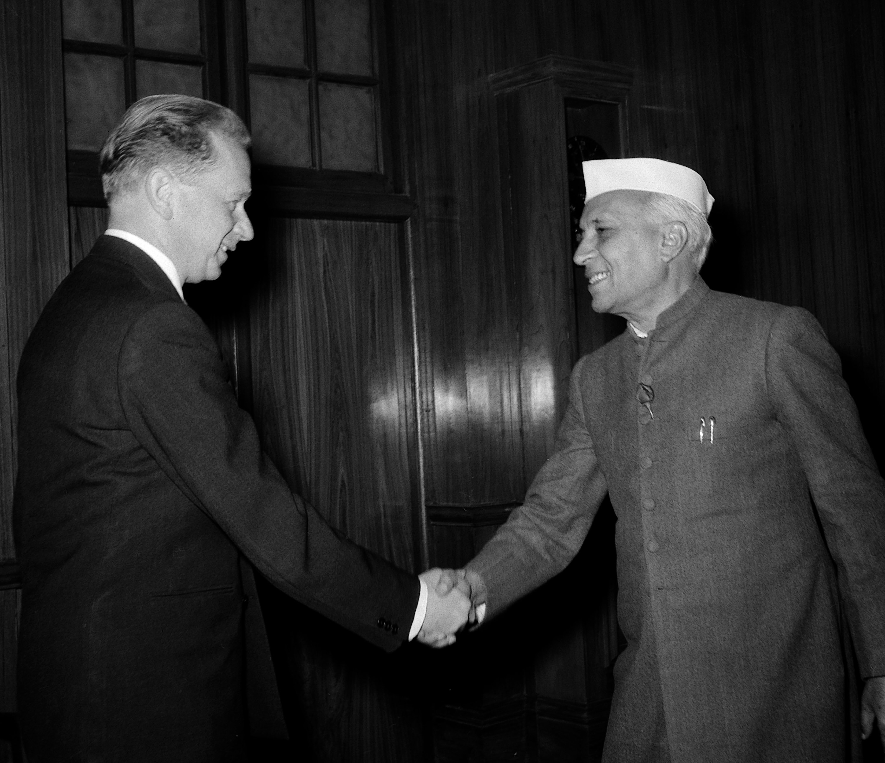 Secretary-General Dag Hammarskjöld (left) meets with Jawaharlal Nehru, Prime Minister of India in January 1955. Source: United Nations Photo
