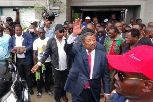 Gabonese opposition candidate Jean Ping greets supporters outside his campaign headquarters after proclaiming that he won the presidential election in Libreville, Gabon, August 28, 2016. Credit: Reuters/Gerauds Wilfried Obangome