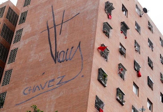 Government supporters hang red shirts out of their windows as opposition supporters take part in a rally to demand a referendum to remove Venezuela's President Nicolas Maduro, in Caracas, Venezuela, September 1, 2016. Credit: Reuters/Christian Veron