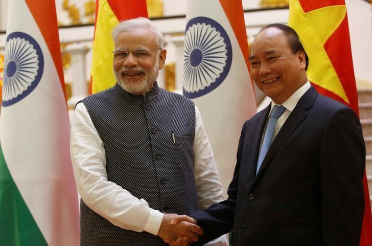 India's Prime Minister Narendra Modi (L) poses for a photo with his Vietnamese counterpart Nguyen Xuan Phuc at the Government office in Hanoi, Vietnam September 3, 2016. Credit: Reuters/Kham