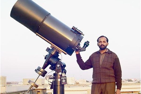 Umair Asim of Lahore Astronomical Society (LAST) with his 14-inch telescope. Credit: The Friday Times