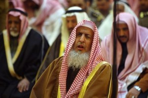 File Photo: Saudi Arabia's Grand Mufti Sheikh Abdulaziz Al al-Sheikh prays at the Grand Mosque in Riyadh February 6, 2008. Reuters/Ali Jarekji/Files
