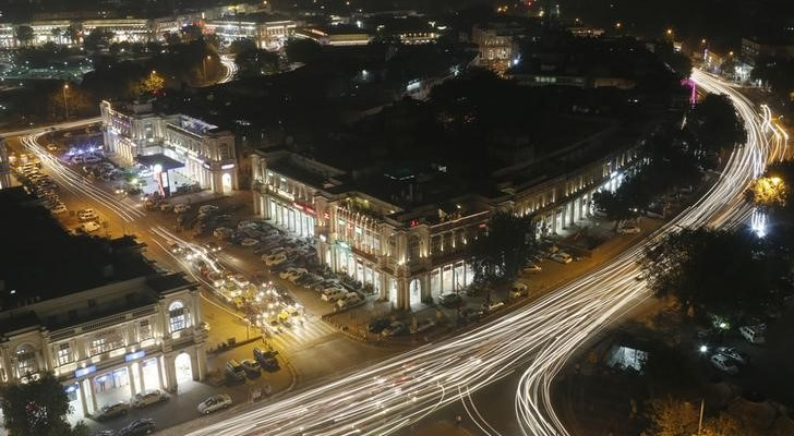 Vehicles move along New Delhi's Connaught Place during evening hours, October 28, 2014. Credit: Reuters/Anindito Mukherjee/Files
