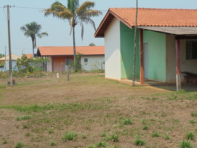 Empty houses in Vila Nova Teotônio, where 47 families remain, according to the company that built the Santo Antônio hydropower plant, which also constructed a community of 72 houses, 17 of which were transferred to the settlers' associations for the school, health centres and other services. Some of the families that were resettled in this town in the northwestern Brazilian state of Rondônia have already left. Credit: Mario Osava/IPS