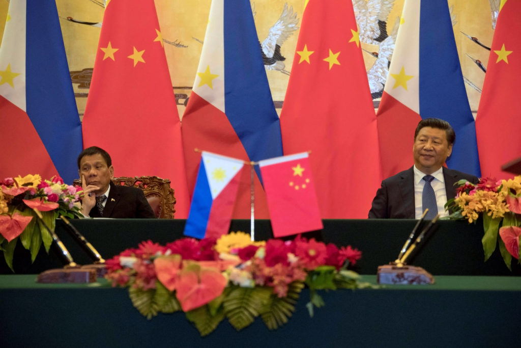 Philippine President Rodrigo Duterte (L) and Chinese President Xi Jinping attend a signing ceremony held in Beijing, China, October 20, 2016. Credit: Reuters