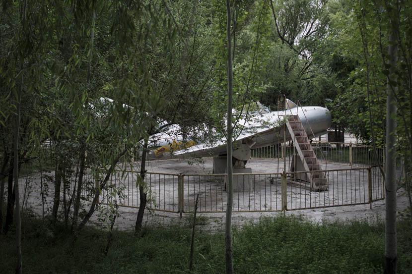 A life-sized model of a fighter jet stands in the Nuclear City Park in 404 City. Credit: Xu Haifeng/Sixth Tone