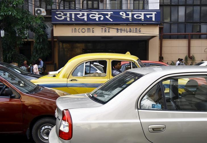 Commuters sit in cars in front of the income tax building during a traffic jam in Kolkata. Credit: Reuters/Rupak De Chowdhuri/Files