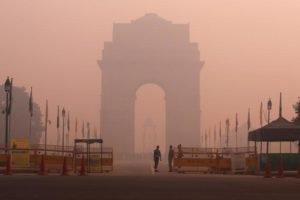 Security personnel stand guard in front of the India Gate amidst the heavy smog in New Delhi, India, October 31, 2016. Credit:  Adnan Abidi/Reuters