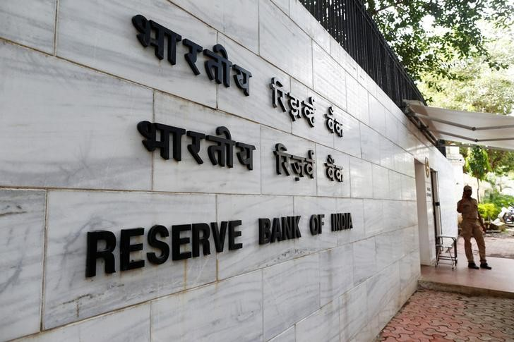 A police officer stands guard in front of the Reserve Bank of India (RBI) head office in Mumbai. Credit: Reuters/Danish Siddiqui/File Photo