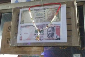 The old Rs 500 and Rs 1000 notes hung up as a memory in a dhaba in Bundelkhand. Credit: Ajoy Ashirwad Mahaprastha.