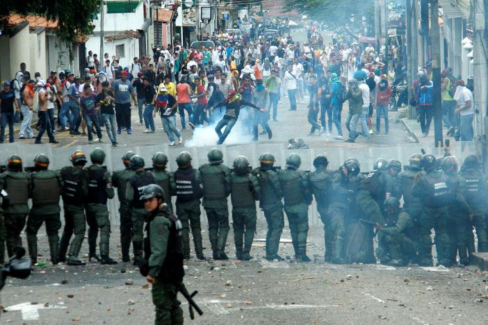 Demonstrators clash with members of Venezuelan National Guard during a rally demanding a referendum to remove Venezuela's President Nicolas Maduro in San Cristobal, Venezuela October 26, 2016. Credit: Reuters/Carlos Eduardo Ramirez