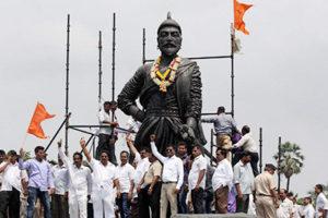 Mumbai : Shiv Sainiks forcefully unveil the Shivaji Maharaj Statue near International Airport in mumbai on Saturday. PTI Photo (PTI9_12_2015_000230B)