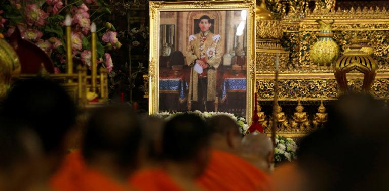 Buddhist monks pray in front of a picture of Thailand's new King Maha Vajiralongkorn Bodindradebayavarangkun at Wat Pho temple in Bangkok, Thailand, December 1, 2016. Credit: Jorge Silva/Reuters